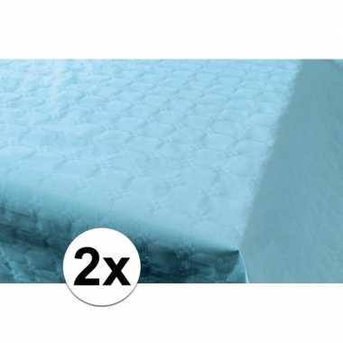 2x babyblauw papieren tafelkleed op rol